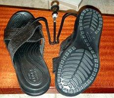 Crocs Pantolette schwarz mit schwarz/silber Crossband in W10