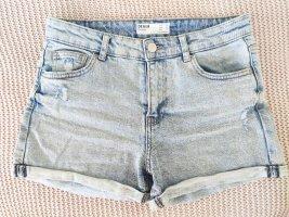 Denim-Shorts mit Saumaufschlag