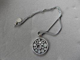 Dita Halskette mit Perlmutt und Glassteine von Pippa & Jean (NP 89,90 Euro)