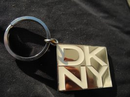 DKNY Llavero color plata acero inoxidable