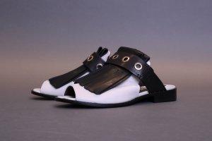 Dorothee Schumacher flache Schuhe Leder mit Fransen mokassins sandalen sliders mules schwarz weiß