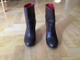 dunkelbraune Lederstiefeletten mit rotem Innensaum