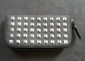 dunkelgraues Portmonee in Lederoptil mit Nieten von pieces