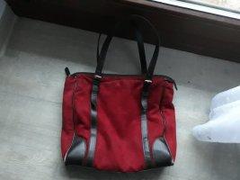Dunkelrote Handtasche mit separater Innentasche