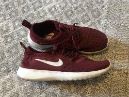 Dunkelrote Nike Sneaker