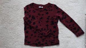 Dunkelroter Pullover mit Sternen