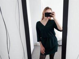 ein neues dunkelgrünes Kleid