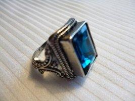Ein Ring für den Herren mit blauem Stein,.  Größe   58