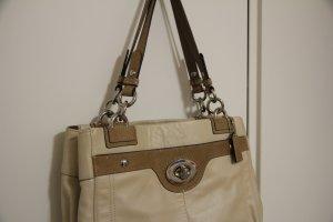 Eine schöne trendige helle Handtasche Schultertasche von Marke Coach Beige mit Reptilien-Optik mittelgroß markentasche