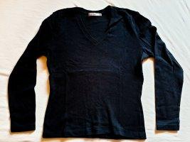 einfacher, schwarzer Pullover