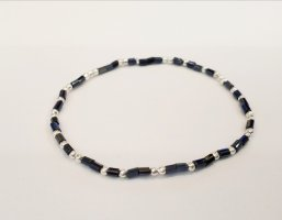 elastisches Armband mit tiefblauen und silberfarbenen Perlen