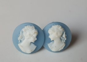 Clou d'oreille blanc-bleu azur