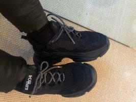 Elena Lachi. Schwarze Sneakers für Winter