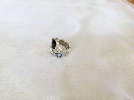 Extravaganter Ring mit 3 Steinen