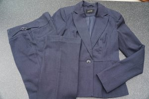 Feminin geschnittener Anzug in Dunkelblau