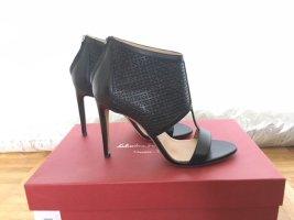 Ferragamo Peep Toe Ankle Boots aus schwarzem Leder mit zartem floralem Muster