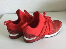 Feuerrote auffallende Sneaker