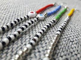 filigrane Perlenarmbänder mit Herzchenperlen und silbernem Verschluss