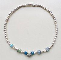 Filigranes Armband mit silberfarbenen und blauen Perlen und kleinem Sternchen