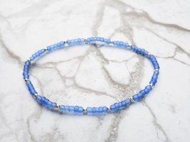filigranes elastisches Armband mit gefrosteten blauen Perlen