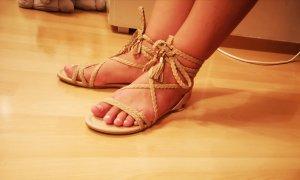 Flache Sandalen mit geflochtenen Knöchelbändern