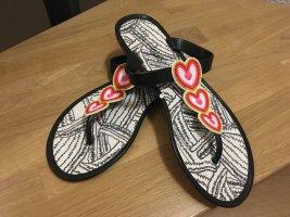 Flacher Schuh mit Herzchen