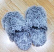 Flauschige graue Fell Hausschuhe / Pantoffeln / Sandale. Einheitsgrösse. NEU.