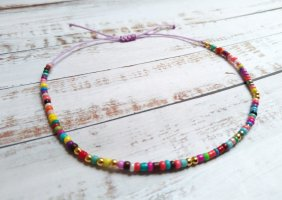 fliederfarbenes Makramee Fußkettchen Fußkette mit bunten und goldenen Perlen größenverstellbar und NEU