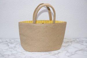 geflochtene Basttasche / Strohtasche mit gelb weiß gestreiften Innenfutter