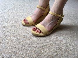 Gelbe Sandaletten mit Keil Absatz