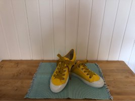 Gelber Sneaker