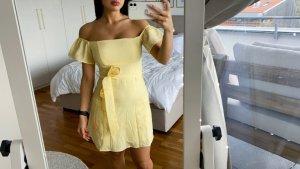 gelbes Kleid schulterfrei