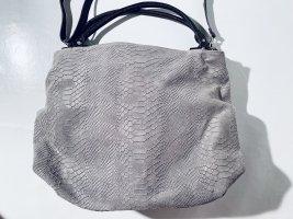 Geräumige Leder-Handtasche mit langem Gurt - in Hellgrau