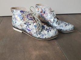 Glänzende Stiefeletten, florales Muster, cool und extravagant
