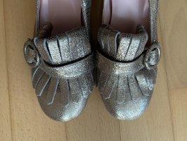 Goldene Schuhe mit Absatz