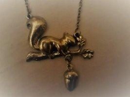 Goldfarbene lange Kette mit Eichhörnchen