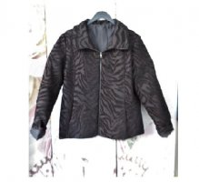 Gr. 42 neuwertige DESIGUAL Jacke schwarz  dunkelgrau  wenig braun  neuwertig weil: (spanische?) Gr. 46, bei einer guten 44 ist sie noch zu knapp also passt sie bei einer 42, Detaille-Bilder sind aufgehellt damit man das Muster besser erkennt.  Neupreis la