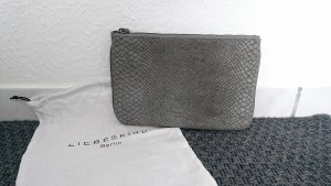 Graue Clutch in Schlangenhautoptik