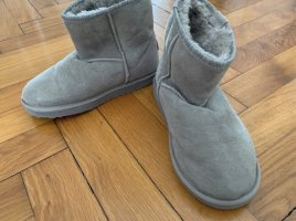 Graue EMU Schuhe
