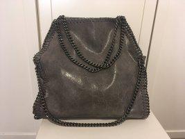 Graue Handtasche aus Leder mit Ketten