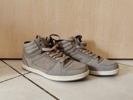 Graue knöchelhohe Sneaker