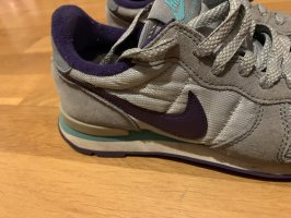 Graue Nike Turnschuhe mit Lila und Türkis