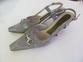 Graue Sandaletten mit Metallapplikation
