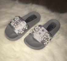 Graue slides mit Perlen