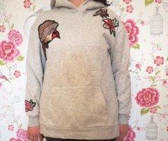 Grauer Kapuzenpullover mit Vögeln