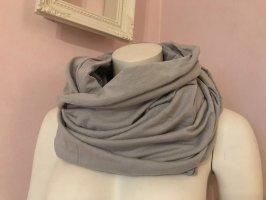 Grauer Loop-Schal von Gina Tricot