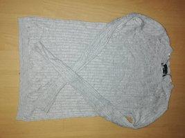 Grauer Pullover im Zopfmuster