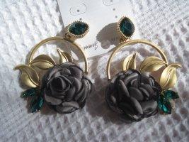 Große Ohrringe mit grünen Steinen