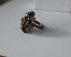 Großer und auffällig glänzender Ring