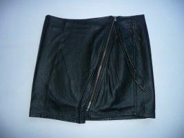 H&M cooler Mini Rock in Leder Optik Schwarz m schrägem Frontreißverschluss Gr 38